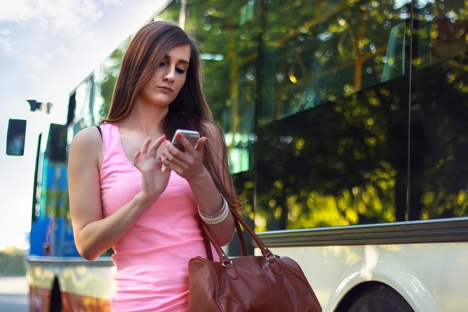 nő telefon